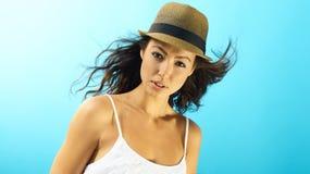 Stående av den attraktiva kvinnan på sommartid royaltyfri foto