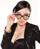 Stående av den attraktiva kvinnliga modellen med glasögon arkivbild