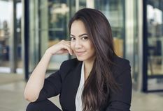 Stående av den attraktiva latinamerikanska affärskvinnan arkivbild
