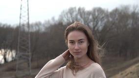 Stående av den attraktiva le Caucasian etnicitetkvinnan i stads- miljö lager videofilmer