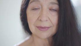 Stående av den attraktiva ledsna olyckliga höga kvinnan med ursnyggt långt mörkt hår som in camera ser gråta, med ögon som är ful lager videofilmer