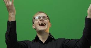 Stående av den attraktiva lyckliga unga mannen att fira gr?n sk?rm Tv? i en: 1 royaltyfria foton