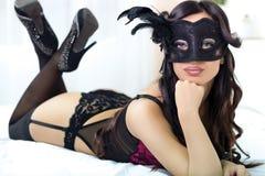 Stående av den attraktiva sinnliga unga kvinnan i svart damunderkläder på Arkivbild