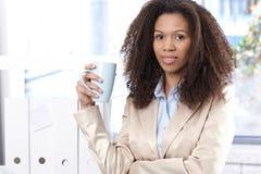 Stående av den attraktiva unga affärskvinnan Arkivbilder