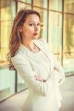 Stående av den attraktiva unga affärsswomanen med långt mörkt hår Arkivbild