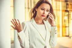 Stående av den attraktiva unga affärsswomanen med långt mörkt hår Royaltyfria Bilder