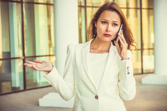 Stående av den attraktiva unga affärsswomanen med långt mörkt hår Royaltyfri Fotografi