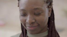 Stående av den attraktiva unga afrikansk amerikankvinnan med dreadlocks som drar playfully linjen från mjöl på hennes kind arkivfilmer