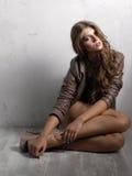 Stående av den attraktiva unga flickan Royaltyfri Bild