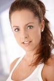 Stående av den attraktiva unga kvinnan Arkivfoto