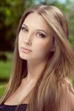 Stående av den attraktiva unga kvinnan med långt hår royaltyfri fotografi