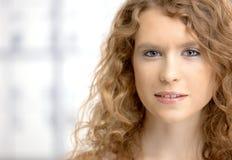 Stående av den attraktiva unga kvinnlign Royaltyfri Bild