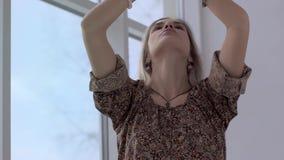 Stående av den attraktiva unga yogakvinnan som kopplar av, når övning lager videofilmer