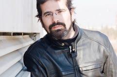 Stående av den attraktiva vuxna mannen med skägget Royaltyfri Fotografi