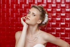 Stående av den bärande bröllopsklänningen för ursnygg brud fotografering för bildbyråer