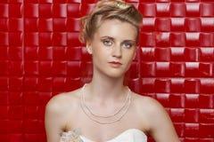 Stående av den bärande bröllopsklänningen för ursnygg brud royaltyfria foton