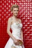 Stående av den bärande bröllopsklänningen för ursnygg brud royaltyfri foto