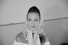 Stående av den bärande halsduken för härlig kvinna på huvudet Dana och skönhet kristen religion retro modestil och blick Svart oc arkivbilder