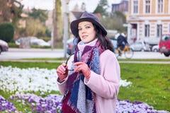 Stående av den bärande hatten för ung härlig kvinna i stadsgatan royaltyfri foto