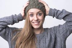 Stående av den bärande luvan för ung härlig kvinna med det vita toothy sunda leendet arkivbild