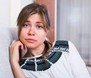 Stående av den bedrövliga kvinnan hemma Arkivfoto