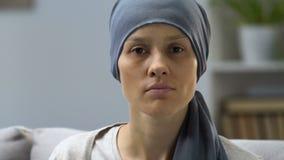 Stående av den bleka kvinnan som är sjuk med cancer, förfrågan för hjälp, socialt skydd lager videofilmer