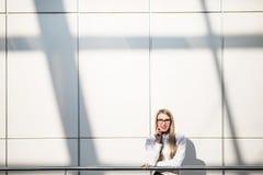 Stående av den blonda affärskvinnan i modernt kontor Arkivbilder