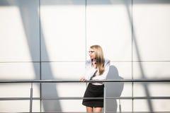 Stående av den blonda affärskvinnan i modernt kontor Royaltyfria Bilder