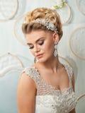 Stående av den blonda bruden i inre Royaltyfria Bilder