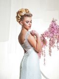 Stående av den blonda bruden i inre Royaltyfri Fotografi