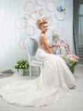 Stående av den blonda bruden i inre Royaltyfri Bild
