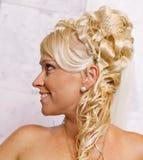 Stående av den blonda bruden med trendig coiffure Royaltyfri Bild