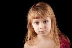 Stående av den blonda Caucasian lilla flickan på svart arkivbild