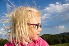 Stående av den blonda flickan med glasögon Arkivbilder