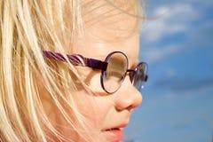 Stående av den blonda flickan med glasögon Fotografering för Bildbyråer