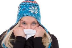 Stående av den blonda kvinnan i vinterförkylning med locket och halsduken arkivfoto