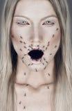 Stående av den blonda kvinnan med den öppna munnen och myror Arkivfoton