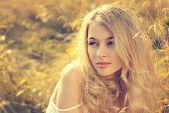 Stående av den blonda kvinnan på naturbakgrund Royaltyfri Fotografi