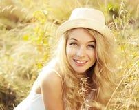 Stående av den blonda kvinnan på sommarfältet Arkivfoto
