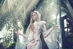Stående av den blonda nymfen i skogen royaltyfri foto
