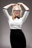 Stående av den blonda kvinnan som ha på sig glasögon Arkivbild