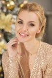 Stående av den blonda unga kvinnan i jul Royaltyfri Fotografi