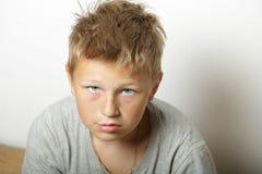 Stående av den blonda unga kyliga tonåringen Arkivbilder