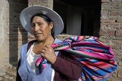 Stående av den bolivianska kvinnan i traditionell klänning Arkivfoto