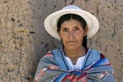 Stående av den bolivianska kvinnan i traditionell klänning Royaltyfria Bilder