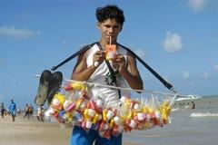 Stående av den brasilianska unga mannen, strandförsäljare Arkivfoto