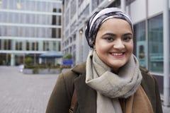 Stående av den brittiska muslimska affärskvinnan Outside Office Royaltyfria Foton