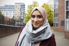 Stående av den brittiska muslimska kvinnan i stads- miljö Arkivbilder