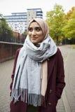 Stående av den brittiska muslimska kvinnan i stads- miljö Arkivfoton
