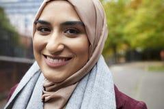 Stående av den brittiska muslimska kvinnan i stads- miljö Royaltyfri Fotografi